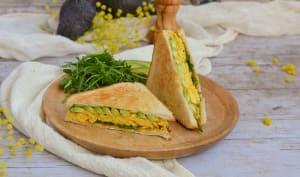 Club sandwich aux oeufs brouillés et à l'avocat