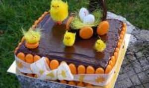 Gâteau de Pâques au chocolat et pêches de vignes