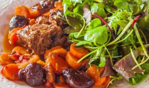 Compotée de porc aux épices, carottes et pruneaux
