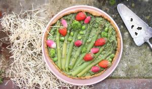 Tarte printanière au pesto d'herbes, asperges et fraises
