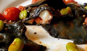 Ravioli noirs aux gambas avec fèves et tomates