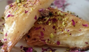 Triangles filo au fromage, pistache et rose