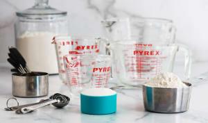Mesurer sans balance avec tasses et cuillères de mesure