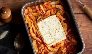 Pâtes à la feta rôtie, pomme et oignons