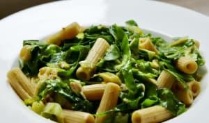 Pâtes et légumes épicés au jus de poulet rôti