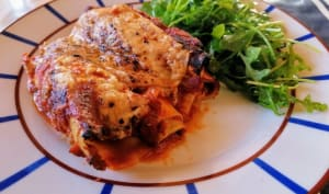 Cannellonis de saucisses confites, poivronnade, gratinés au fromage de brebis basque et piment d'Espelette