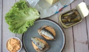 Tartines au beurre de poivron pimenté et sardines