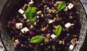 Salade composée haricots noirs, feta et menthe fraîche