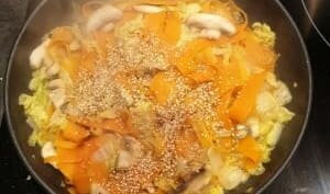 Poêlée asiatique chou chinois, carotte, champignon