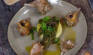 Murex à l'huile de basilic flans de lieu noir et pointes d'asperges