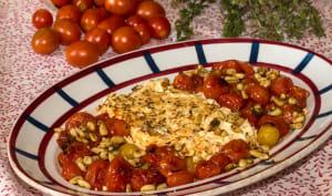 Feta rôtie aux tomates, olives et pignons