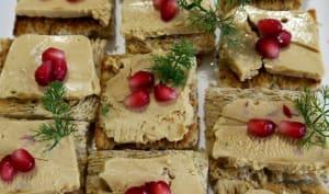 Toasts au foie gras, grenade et confit d'oignon aux tomates séchées