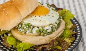 Burger végétarien petits pois, feta, œuf