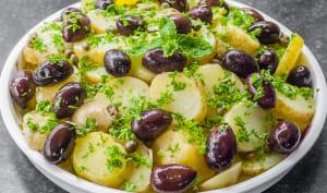 Salade grecque de pommes de terre aux olives et câpres