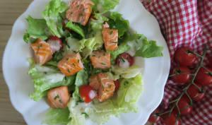 Salade verte au dés de saumon rôtis
