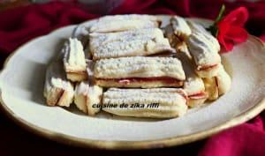 Biscuits à la douille à la confiture de cerise
