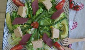 Salade gourmande au foie gras, magret séchées et avocat