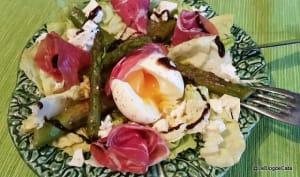 Salade complète aux asperges vertes, œuf et coppa
