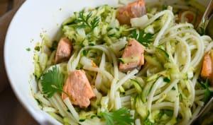Salades de nouilles udon aux courgettes, saumon et coriandre