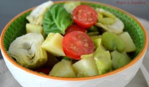 Salade de fèves, tomates, pommes de terre et artichauts