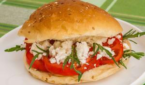 Burger végétarien tomates, roquette et feta