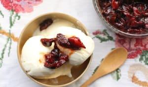 Glace au yaourt grec et au vermouth, fraises rôties au four