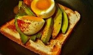 Avocado toast avec un œuf mollet