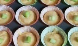 Une recette de muffins à la rhubarbe et aux framboises du jardin