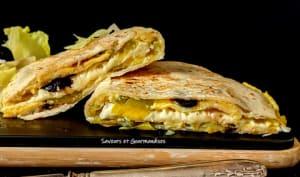 Quesadillas garnie d'omelette tomate fromage et olives noires