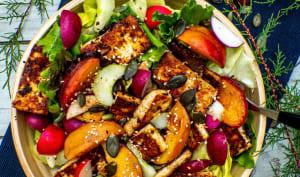 Salade d'été aux pêches grillées et tofu mariné au citron