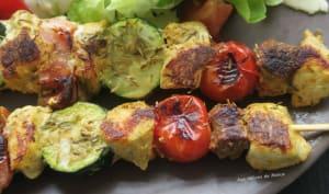 Brochettes de poulet mariné au lait de coco au curry, merguez et légumes