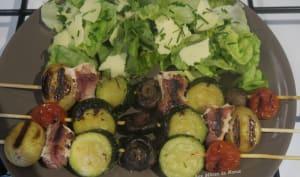 Brochettes de légumes et roulades de poitrine fumée à la plancha