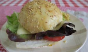 Burger au filet de bar, tomate, salade et anchois
