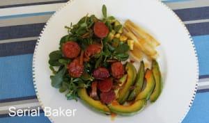 Salade avocat, pourpier, chorizo et oignons rôtis