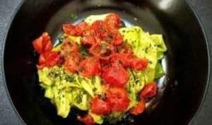 Tagliatelles de courgettes au pesto vert et tomates cerises au four