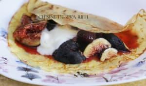 Crêpes aux figues fraîches, confiture de fraise et yaourt nature