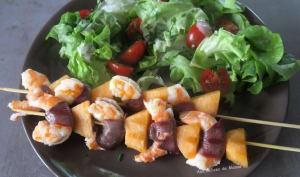 Brochettes de crevettes au magret de canard fumé et melon à la plancha
