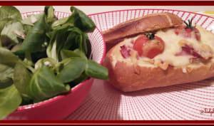 Petits pains au four farcis au bacon, à l'oignon doux et tomate