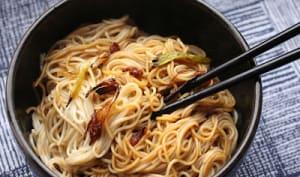 Nouilles de Shangaï aux oignons jeunes et crevettes séchées