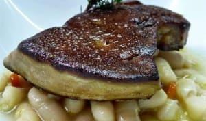 Foie gras de canard poêlé aux haricots blancs ail et thym