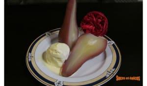 Poires pochées à l'hibiscus et aux épices