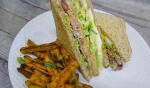 Club sandwich et frites de patates douces aux épices au four