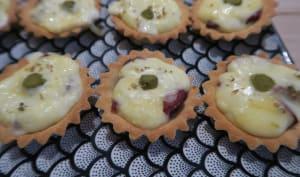 Tartelettes à la bresaola, reblochon et cornichons