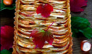 Tarte aux pommes, coing et éclats de noisettes