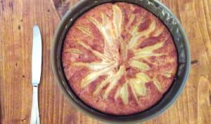 Gâteau moelleux à l'amande, poires et chocolat noir sans gluten