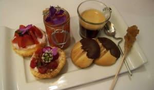 Mini tartes framboises, soupe de fraises au jus de yuzu et biscuits Pâtes de chat