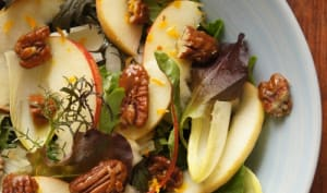Salade aux pommes et noix de pécan caramélisées
