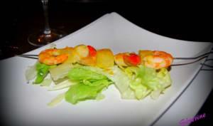 Brochette de fruits de mer et ananas