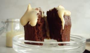 Muffins au chocolat accompagnés de sauce aux nougats