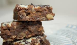 Brownies chocolat noir, amandes et glaçage au chocolat blanc